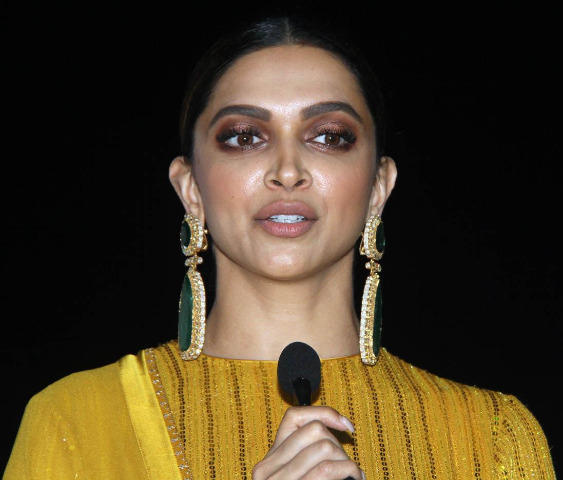 Deepika, her mom and dad rent their Bandra flat for Rs ...